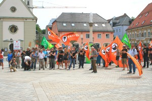 """Stop Watching Us""-Demonstration 2014 in Bad Aibling, Marienplatz: PIRATEN-Fahnen dominieren. CC-BY-SA 3.0 Olaf Konstantin Krueger"