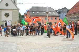 """Stop Watching Us""-Demonstration 2014 in Bad Aibling, Marienplatz: PIRATEN-Fahnen dominieren. CC-BY-SA 3.0 Olaf Konstantin Krueger"