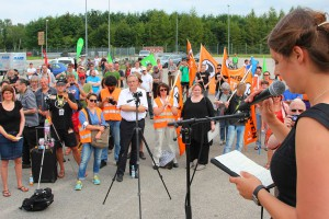 """Stop Watching Us""-Demonstration 2014 in Bad Aibling, ehemaliges Kasernengelände: Katharina Nocun von ""campact"" warnt vor einer ""Gesinnungspolizei"". CC-BY-SA 3.0 Olaf Konstantin Krueger"