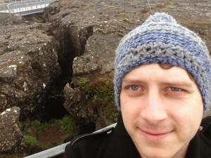 Selfie auf der Erdspalte zwischen der amerikanischen und europäischen tektonischen Platte | CC BY Fabio Reinhardt