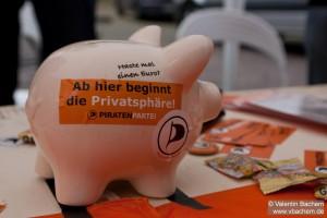 Ab hier beginnt die Privatspäre - Piraten Spendenschwein | CC BY SA 2.0  HDValentin
