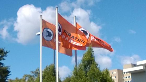 Flaggen vor dem BPT15.1 | CC BY @DangerousDetlef
