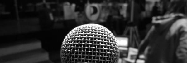 Am Mikrofon | CC BY SA 2.0 Mike Herbst