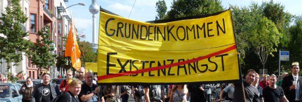 Mehr als 2.000 Teilnehmer demonstrieren für ein Bedingungsloses Grundeinkommen auf der BGE-Demonstration am 14. September 2013 in Berlin | CC BY SA 2.0 stanjourdan