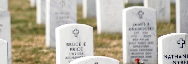 Grabsteine (Ausschnitt aus Taps, Bugle, Army, Military Funeral, Arlington National Cemetery) | CC BY 2.0  Beverly